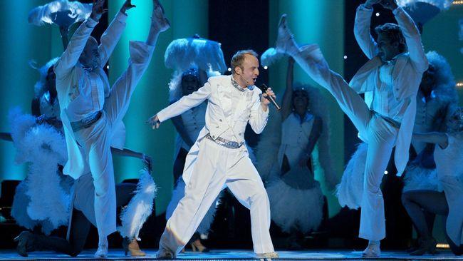 Jonas Gardell under finalen av Melodifestivalen 2003.