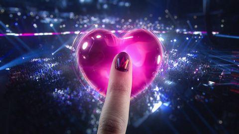 Ett finger trycker på hjärtat i Melodifestivalens app.