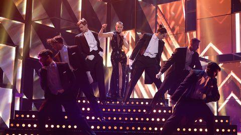 Linda Bengtzing med dansare väljer en elegant look i Melodifestivalen 2016