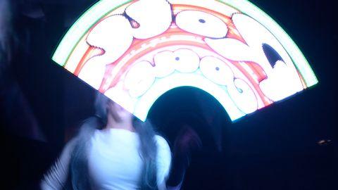 """Under Dolly Styles framträdande används de japanska ljuskäpparna """"Poi""""."""