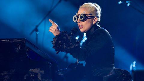 Lady Gaga sitter vid ett piano.
