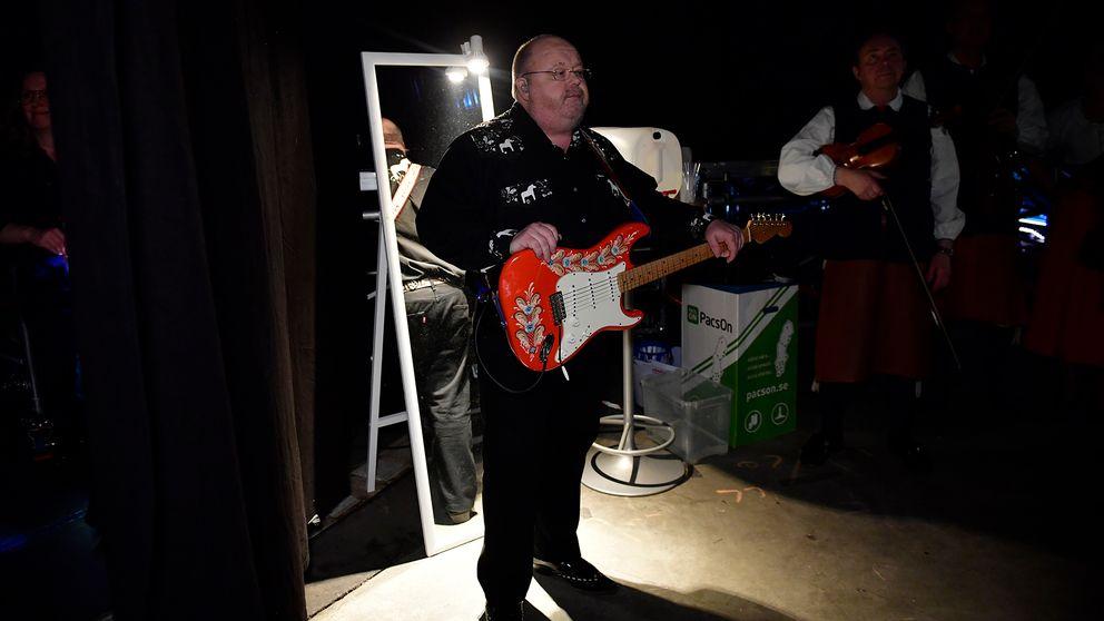 Kalle Moraeus står redo med gitarren.