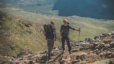 Två män på väg upp för berg.