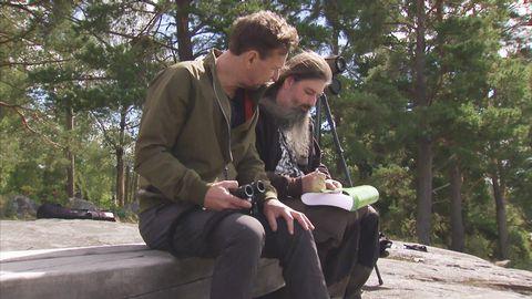 Anders får hjälp av fågelskådaren Calle Lönnberg med att hitta bra platser där många olika fåglar kan tänkas vara.