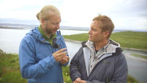 Joakim Odelberg möter Martin Emtenäs på Hornøya. Martin befinner sig på ön för att spela in programmet Fågelön.