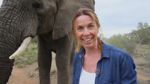 Magdalena Forsberg med en elefant.