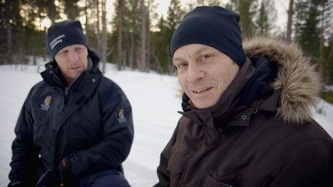 Joakim Odelberg letar vargspår med naturbevakaren Hans Nordin.