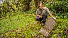 Joakim vid en av många minnesstenar över Dian Fossey som gjort stora insatser för de hotade bergsgorillorna.