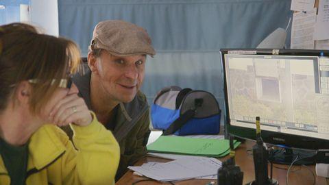 Anders Lundin kollar övervakningsfilmer på lodjur.