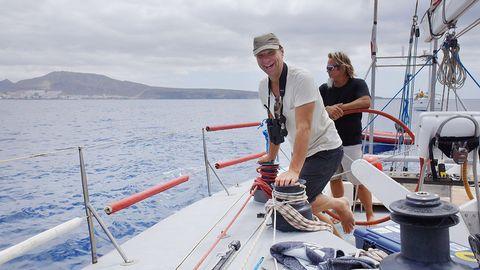 Anders blir löjligt glad när han får se pilotvalarna simma runt båten.