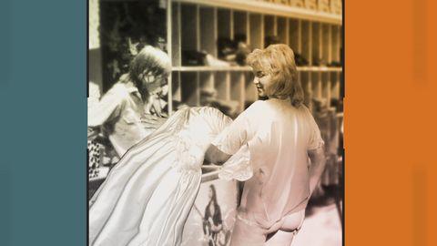 Grafik innehållande bild på kvinna med rumpan bar. Kvinnan återlämnar en klänning i en butik.