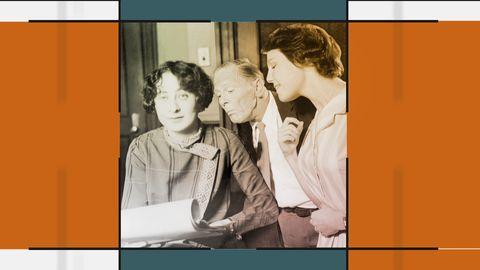 Grafik innehållande bild på tre personer. Två tittar över axeln på den tredje, som håller i ett papper.