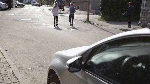 Kvinna och man på en gata.