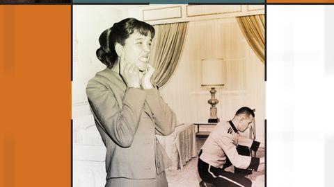 Kvinna håller för öronen i ett hotellrum.