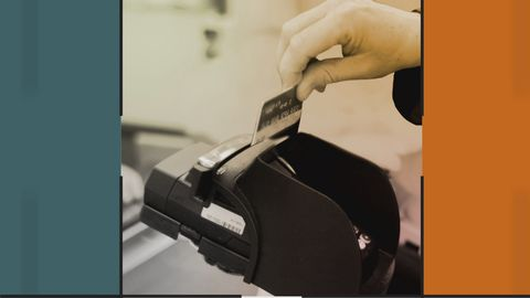 Kontokort dras i maskin.