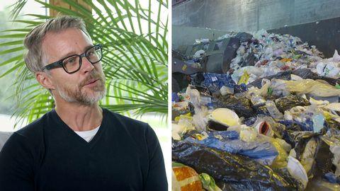 Gråhårig man med glasögon till vänster i bild. Till höger syns berg av plastsopor.