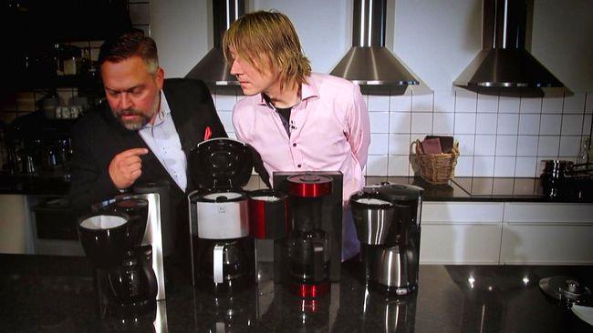 Mathias och Per bakom fyra kaffebryggare i ett kök