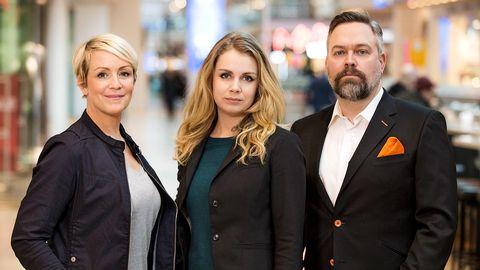 Karin, Josephine och Mathias i en galleria