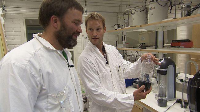 Lektor Tobias Sparrman och professor Fredrik Almqvist testar exakt hur mycket kolsyra som går att pressa i vattnet.