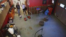 Micke och Karin seddda ovanifrån i garage med dammsugarna