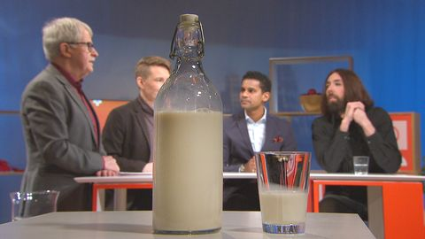 Mandelmjölk i flaska, i Studio Plus tv-studion, med Studio plus-panelen i bakgrunden.