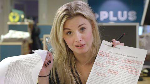 Kvinna håller i dokument.