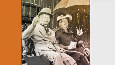 Grafik innehållande bild på två gråtande barn i vuxenkläder i en bil. Bidlen är svartvit och föreställer en svunnen tid.