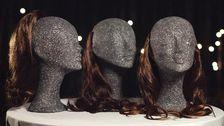 Tre dockhuvuden med löshår.