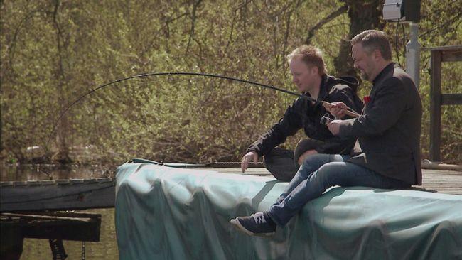 Mathias Andersson och fiskevårdskonsulenten Markus Lundgren fiskar från en brygga.