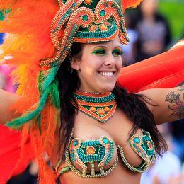 Från Hammarkullekarnevalen i Göteborg där det blandas musik, dans och mat från världens alla hörn som mynnar ut i ett färgsprakande karnevalståg.