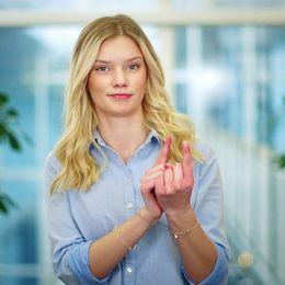 Den 14 maj 1981 beslöt riksdagen att teckenspråk är dövas förstaspråk. Sedan dess firas teckenspråkens dag just den 14 maj och SVT deltar i firandet.