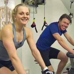 Mathias Fredriksson hängde med längdstjärnan Stina Nilsson på ett styrkepass.