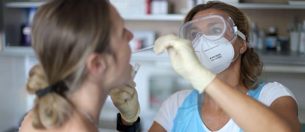 En sjuksköterska gör ett coronatest