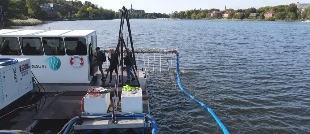 Båt som sprider aluminium i Djurgårdsbrunnsviken för att minska fosfor.