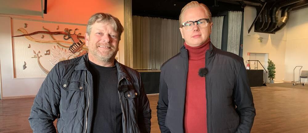 Två män står på ett tomt dansgolv.