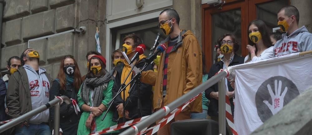 Studenter på film- och teateruniversitetet i Budapest håller manifestation.