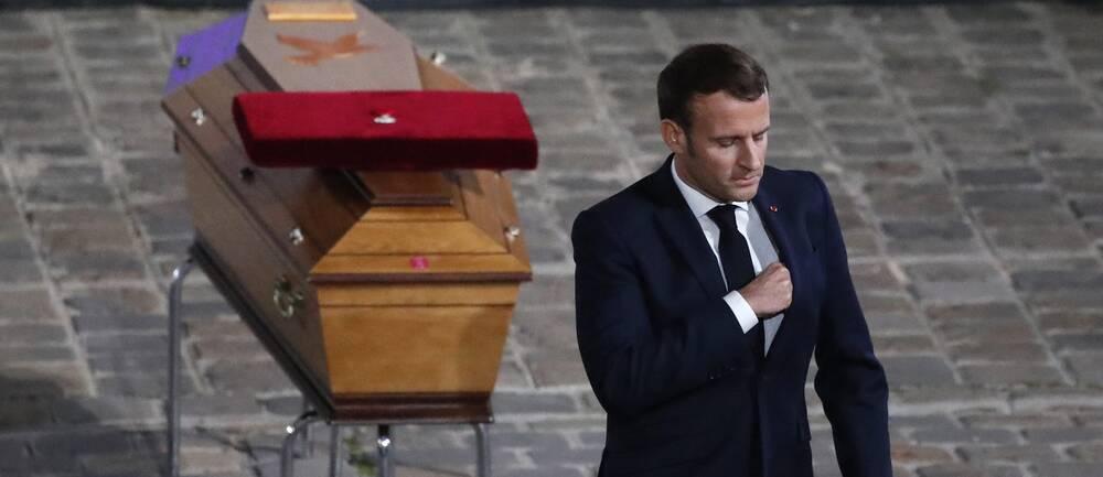 Frankrikes president Emmanuel Macron vid Samuel Patys kista under minnesceremonin.