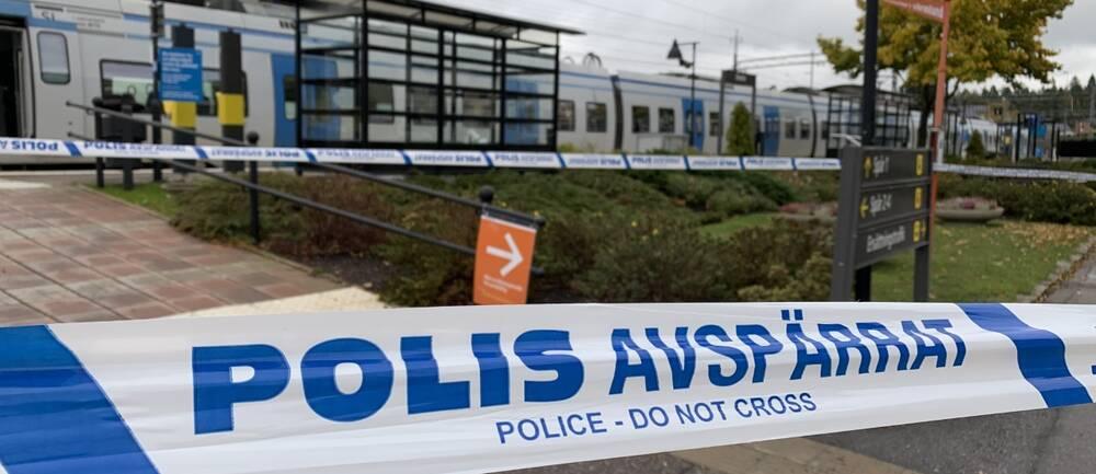 Polisen har spärrat av tågstationen med blåvita plastband.