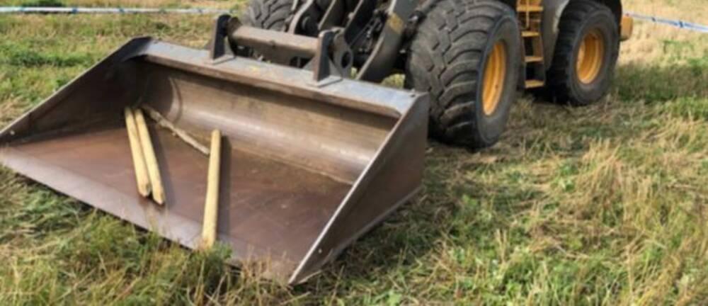 Skopan på en hjullastare användes för att trycka ner stolparna i marken.