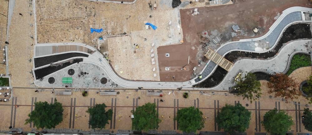 En flygbild över ett torg under uppbyggnad.
