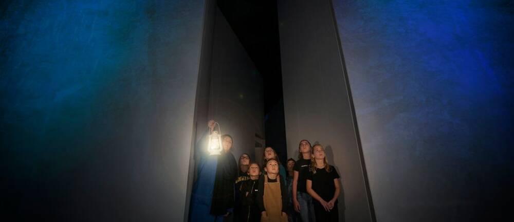 En grupp barn på spännande vandring i Nordiska museets regi.