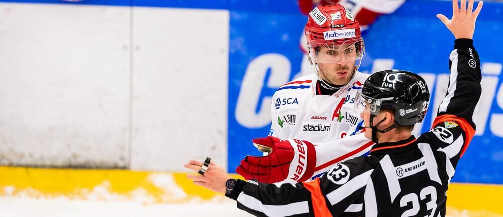 Timrås Christopher Liljewall pratar med Domare Alexander Österberg under ishockeymatchen i Hockeyallsvenskan mellan Tingsryd och Timrå den 14 oktober 2020 i Tingsryd.