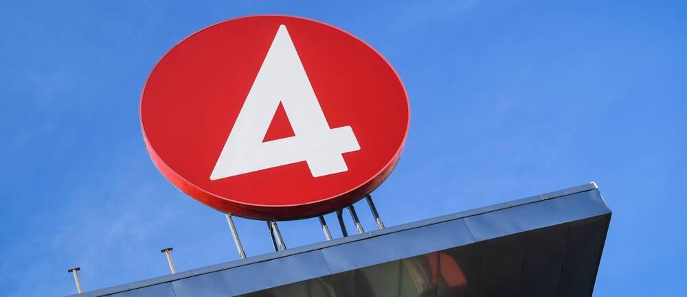 TV4-loggan upp på taket till deras tv-hus.