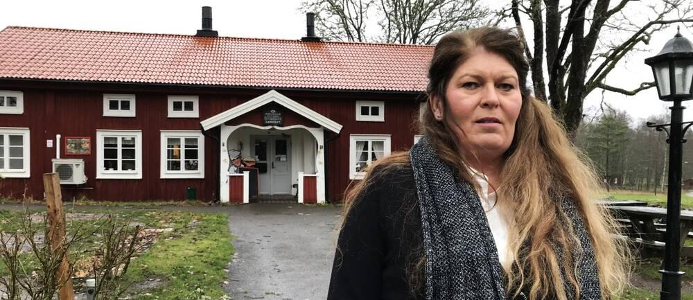 Camilla Hammarbäck utanför receptionen till Lunedet camping i Karlskoga.