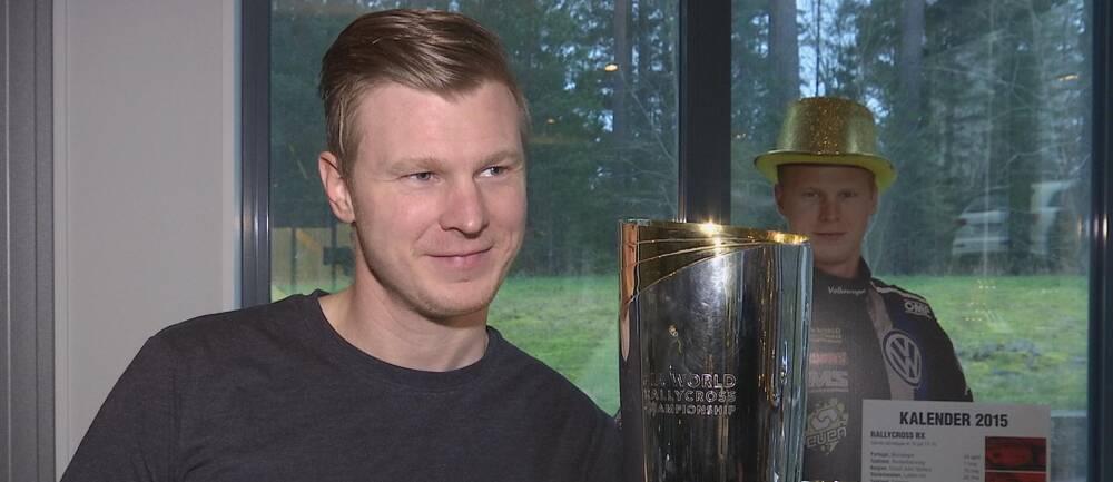 Johan Kristoffersson med VM-pokalen till höger om sig.