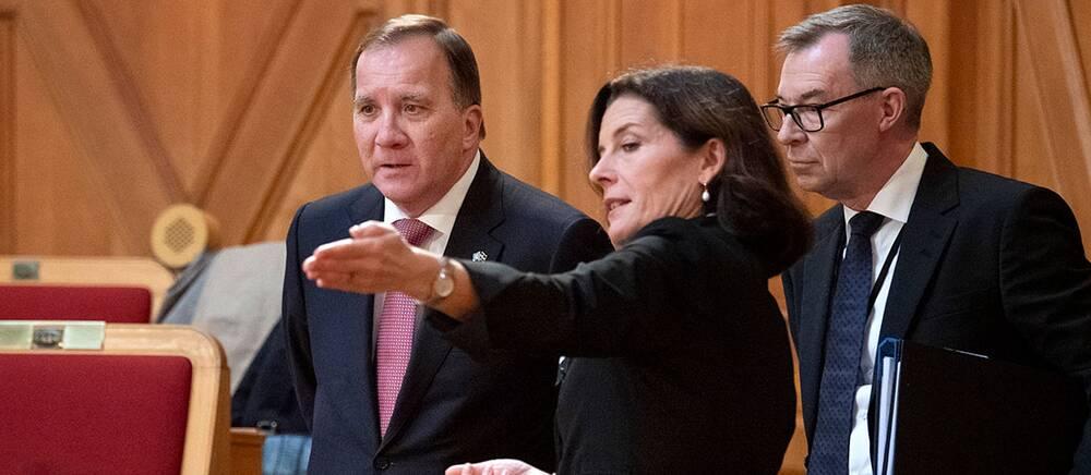 Statsminister Stefan Löfven (S) och KU:s ordförande Karin Enström (M) samt Per Hall, rättschef i statsrådsberedningen.