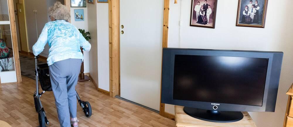 En äldre kvinna i sitt hem