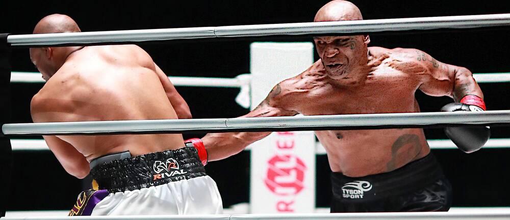 Mike Tyson var den mer aggressive boxaren i nattens uppvisningsmatch.