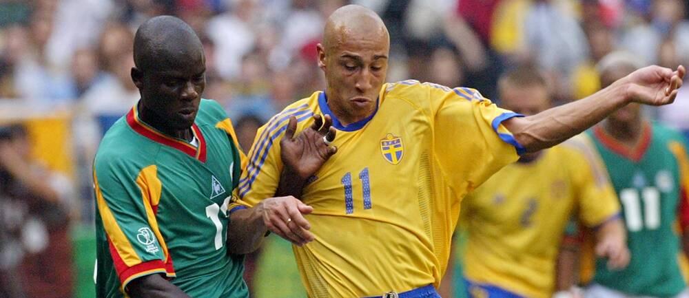 Papa Bouba Diop, här mot Henrik Larsson i VM 2002, har avlidit.
