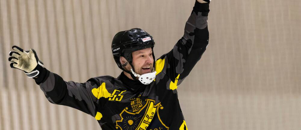 AIK:s spelande tränare Magnus Muhrén jublar efter att ha gjort 3-0 mot Tellus.